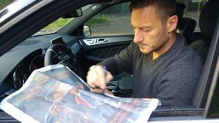 Francesco Totti autografa la pagina del Corriere dello Sport comprata per lui