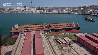 Понтоны для арок Крымского моста вывели на воду