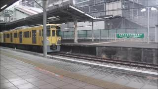 国分寺駅を出発する西武国分寺線の下り電車
