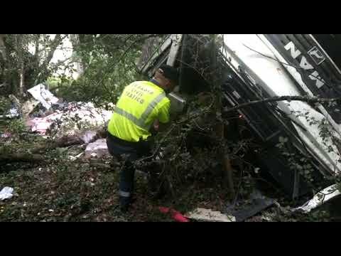 Así quedó el camión tras el accidente de Portomarín en el que murió una persona