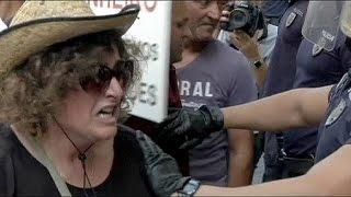 برتغاليون يتظاهرون لاستعادة أموالهم بعد إفلاس مصرف شبيرتو سانتو    11-8-2015