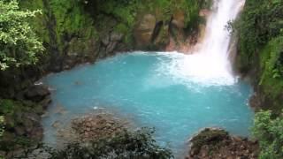まるでバスクリンを入れたかのようなターコイズブルーの川。その正体は錯視だった(コスタリカ)