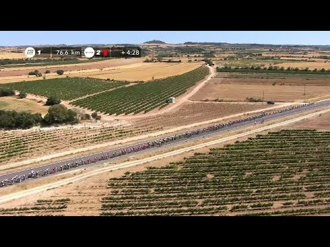 The peloton in the countryside - Stage 4 - La Vuelta 2017