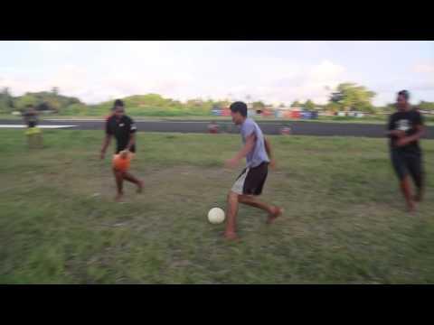 Tuvalu Funafuti Football sur la piste de l'aéroport / Tuvalu Funafuti Football playing