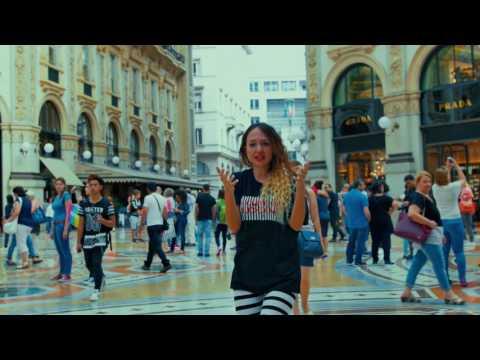 ragazza che rappa in centro a Milano - extrabeat - rapper Sandra Piace