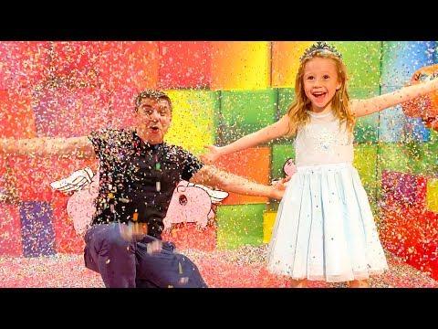Stacy y papá se divierten en el museo de dulces