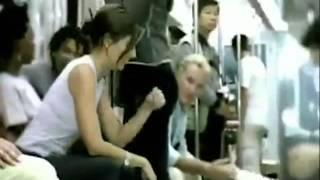 Metroda Çocuk Güzel Kadını Böyle Çaresiz Bıraktı !