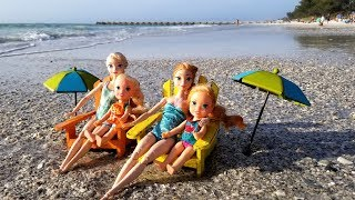 Beach ! Elsa and Anna toddlers - sand play - prank - slide - boat - dog - water fun - splash