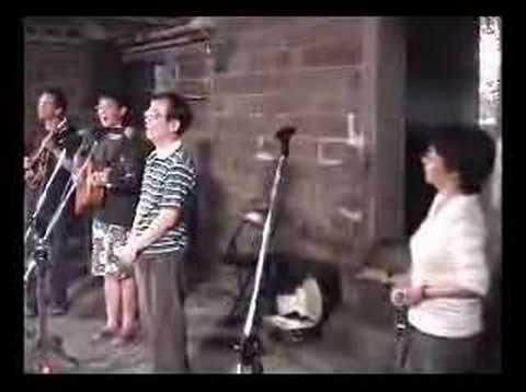 2005 0610 淡水瓦窯坑 梁景峰+楊祖珺 合唱-美麗島/小朋友/老鼓手 - YouTube