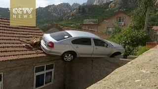 بالفيديو.. رجل يصعد بسيارته فوق سطح منزل