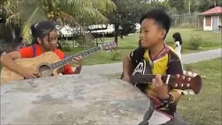 Anak Kecil Nyanyi sambil main Gitar , Merdu Banget !!!