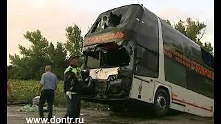 С места аварии в Егорлыкском районе убирают разбитый автобус