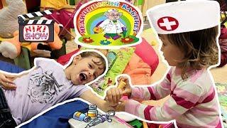 👩⚕️ ДЕТИ ИГРАЮТ В ДОКТОРА на ДЕТСКОЙ ПЛОЩАДКЕ. ПОЛИКЛИНИКА для ДЕТЕЙ