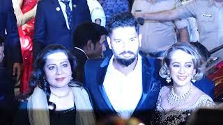 Isha Ambani की शादी में शरीक होने पहुंचे Sixer King Yuvraj Singh, देखिए Video
