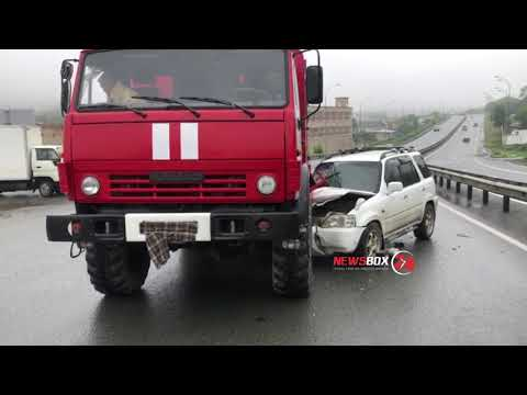 Пожарный автомобиль угодил в аварии во Владивостоке