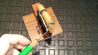 видео вскрыть дверной замок
