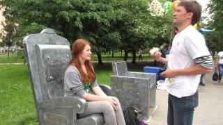 жонглирование ромашками для девушки сидящей в кресле Донатиса