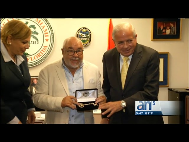 Entregan llave de la ciudad de Miami al productor de cine español, Julio Fernandez