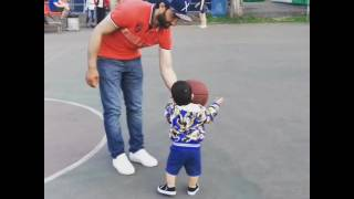 Хан изучает баскетбол с отцом