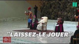 Le pape François interrompu pendant son audience par un petit garçon