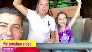 Laurinha Finge Brincar no Parque de Diversões da Disney Magic Kingdon
