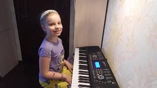 играет на фортепиано