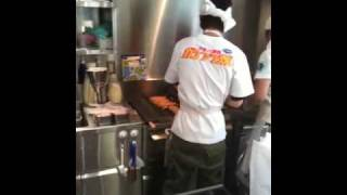 ガンダムカフェにて、ガンダム焼きの量産風景です。