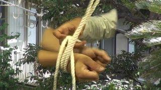 鍵のかかったアパート室内で、若い女性が両手足を縛られ、意識不明の状...
