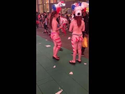 深夜のタイムズスクエアのおっぱい丸出し女性 NYC naked girl in front of Times Square