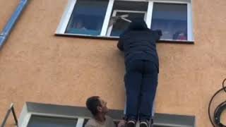 Героическое спасение застрявшего в окне кота попало на видео в Ставрополе