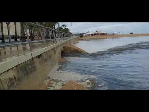 Vergonzosas imágenes de la playa en plena temporada oficial de baños, 1 parte