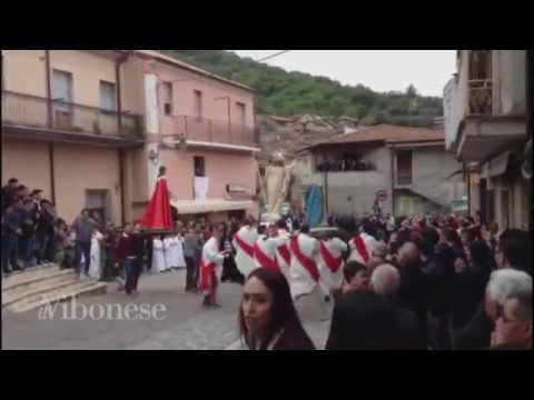 Pasqua shock in Calabria, la statua della Madonna si spezza durante la processione