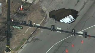 بالفيديو.. حفرة ضخمة تبتلع سيارة شرطة في أحد شوارع دينفر الأمريكية