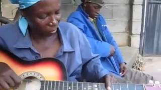 Африканка нетрадиционно играет на гитаре!