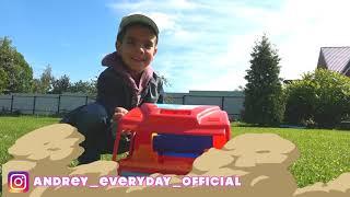 Малыш играет в автомойку и весело моет грязный мотоцикл Катается на игрушечном мотоцикле