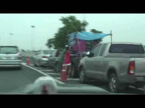น้ำท่วมปทุม ที่จอดรถทางขึ้นถนนวงแหวนรอบนอก คลอง5 20ตุลาคม2554 20111020100552