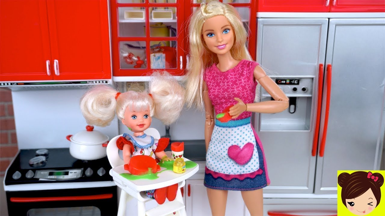 eb5444cc00430 Barbie le da Papilla de Slime a la Bebe   un Baño de Burbujas - Rutina de  Niñera