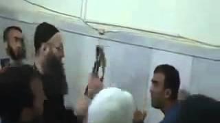 Ахмад аль Асир-прикладом по Алавиту-шииту (солдат асада)