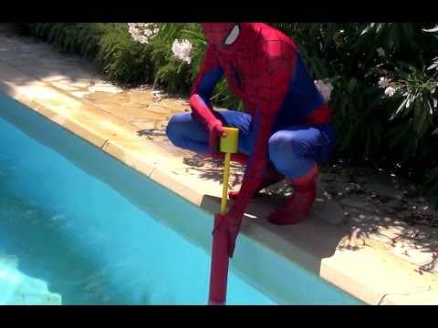 spiderman et la reine des neiges contre trex g ant piscine jeu gonflable nouveaut s e ep 7. Black Bedroom Furniture Sets. Home Design Ideas