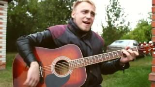 парень красиво поёт стигмата как ты и очень классно играет на гитаре до слёз!!!!