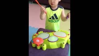 美國 B.Toys 感統玩具–「饒舌蛙電子鼓」 影片 3 ~哇 ! 原來〝站著〞打鼓也很好玩唷 !