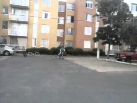 Caida de niño en bicicleta haciendo tonteras