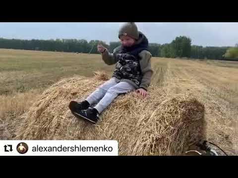Александр Шлеменко с сыном Святославом на прогулке в поле