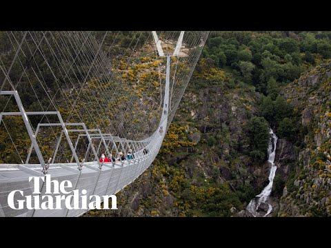 Världens längsta hängbro öppnad För fotgängare då