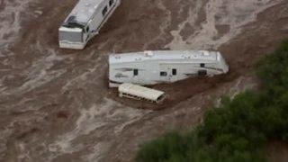В США дожди смыли трейлер-парк. Машины плавают в воде