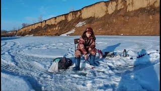 Экстремальная рыбалка по последнему льду слабонервным не смотреть