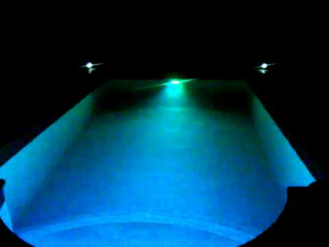 Luz led al ritmo de la m sica piscina youtube for Piscina villares de la reina
