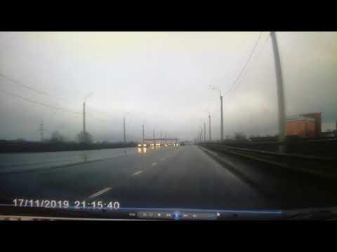 Появилось видео момента серьёзного ДТП с перевернувшимся внедорожником на Восточном мосту