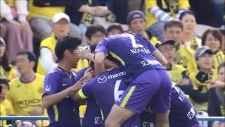 クロスのこぼれ球に反応した佐々木 翔(広島)が強烈なシュートをファー...