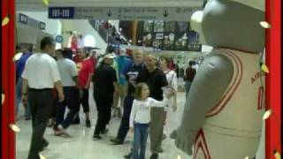 Repeat youtube video Houston Rockets Clutch the Bear's Holiday Air Scare